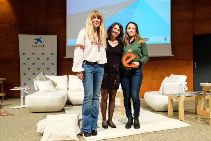 Ibiza Trending. Judith Carcasona y Julia Fioravanti recogen el premio que les entrega Cristina Martín, en el centro.