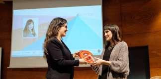 contenidos para empresas. Alba García recoge el premio que le entrega Berta Lartuna, directora de Desarrollo de Diario de Ibiza.