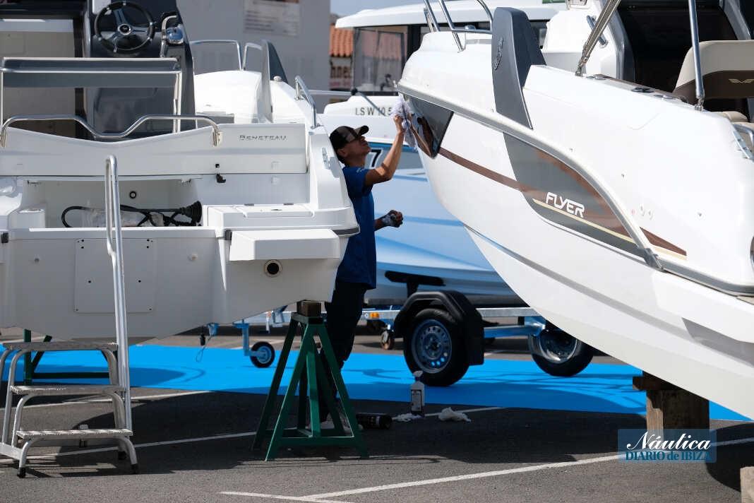 Un trabajador pone a punto algunos barcos en la jornada previa a la inauguración.
