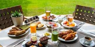 Ensaladas, entrantes, platos principales, pasta, carne y pescado, sushi, estación de quesos y embutidos, bollería y postres en un concepto que fusiona desayuno y almuerzo.