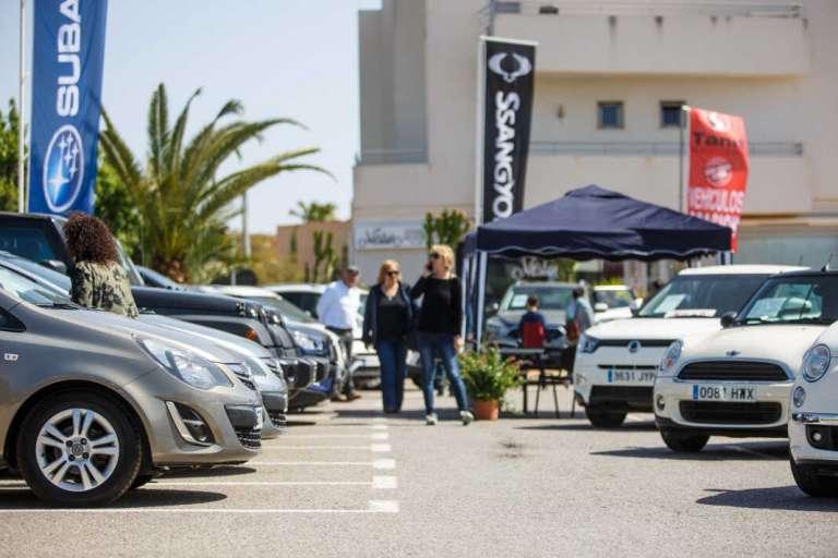 Ventas de la lluvia al sol en la Feria del Vehículo de Ocasión de Sant Jordi