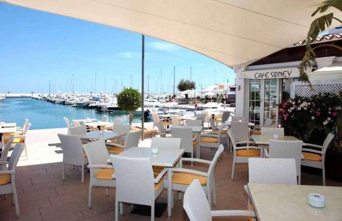 Ofrece unas impresionantes vistas al puerto de Santa Eulària. foto: café sidney