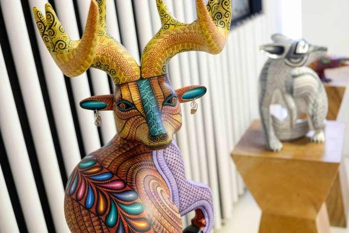La exposición muestra la belleza y tradición de Oaxaca, México, a través de piezas de barro, joyería, textiles y obra pictórica. Foto: Sergio G.Cañizares