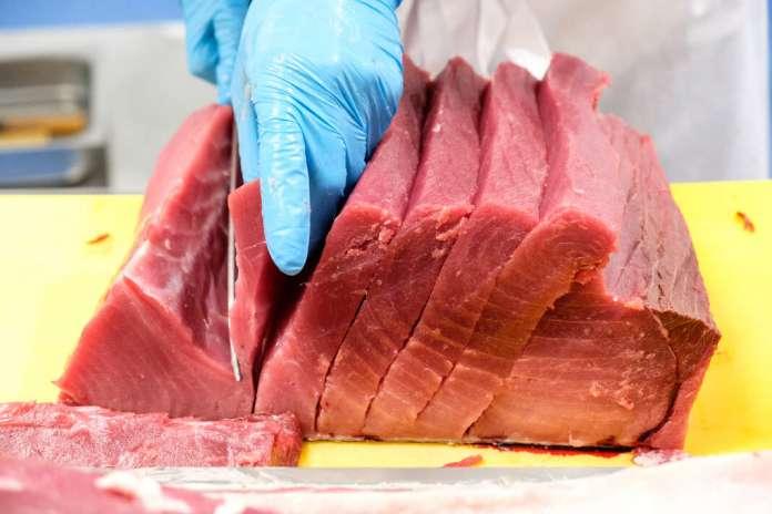 Meneghello Fish consigue los productos que los principales restaurantes de Eivissa demandan, como este espectacular atún que el equipo de Izacaya cortó minuciosamente para servir a sus comensales.