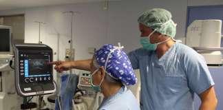 Dos de los anestesistas de la unidad realizan una intervención en un quirófano de Policlínica. fotos: policlínica