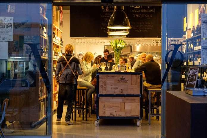 Ahora, la 'boutique' ofrece la posibilidad de consumir el vino en el propio local. fotos: sergio g. cañizares Vino&Co se renueva