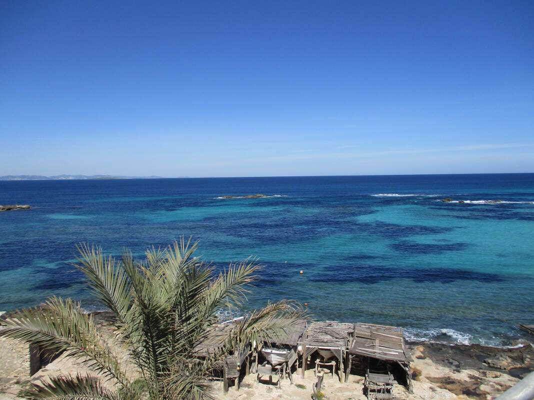 El ático cuenta con un salón con salida a una terraza de 8 m2 con impresionantes vistas al mar. Vivir en Formentera