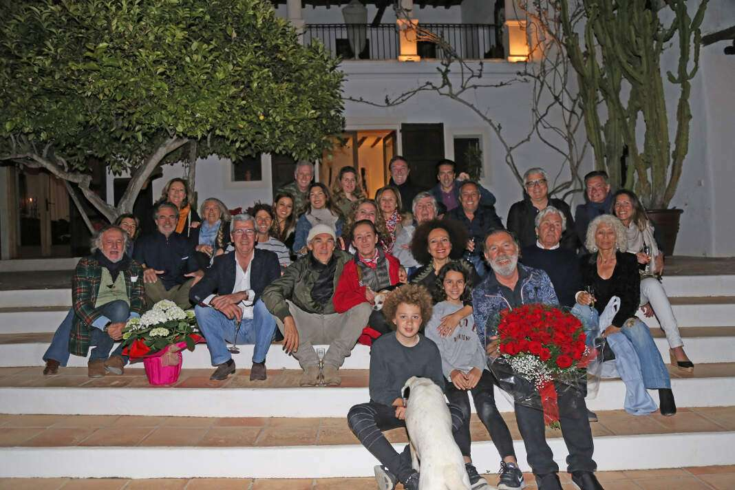 Foto de familia e invitados en la famosa escalera de entrada de la mansión de los Sagliocco en Sant Rafel. J.S.
