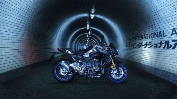 Hyper Naked.Los amantes de la oscuridad tienen una moto. yamaha