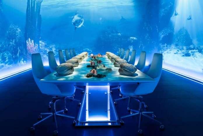 Mesa ambientada en el océano con la creación de Dani García. T. K. LANSBERGEN