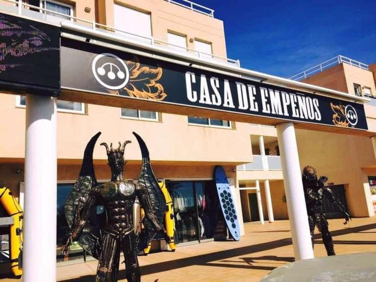 Un domingo entre pujas y fútbol en Pawn Shop Ibiza