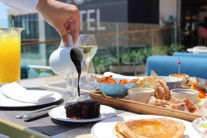 El brunch. Una propuesta gastronómica ideal en este polifacético local de Platja d'en Bossa. fotos: tatel ibiza