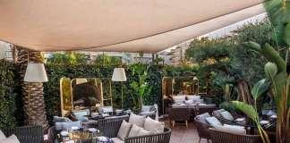 Restaurante Zela Ibiza. Diseño de inspiración asiática y colonial con abundante vegetación.