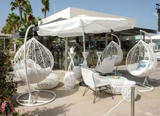 La nueva terraza de Petit Gourmet, novedad esta temporada en Marina Ibiza. foto: Sergio G. Cañizares