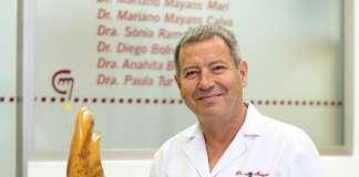 alineadores dentales transparentes. El doctor Mayans posa en la clínica para esta entrevista. FOTOS: SERGIO G. CAÑIZARES