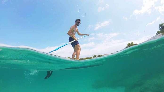 Actividades acuáticas. El 'paddle surf' es un deporte muy popular entre los veraneantes. Foto: Gerard Felip