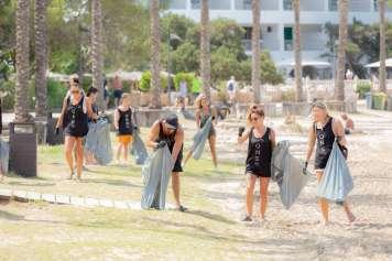 Ocean Beach promueve la limpieza de playas de Ibiza.