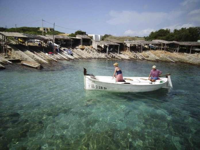 pesca del raor. Un pescador de 'raor' entra en es Caló. Foto: Carmelo Convalia