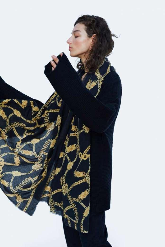Tendencias en Ibiza. A falta de bufandas, el pañuelo es el aliado perfecto para proteger el cuello en Ibiza. fotos: Zara press
