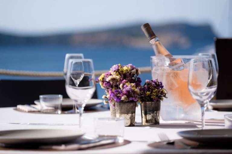 Comer en Ibiza con vistas al mar