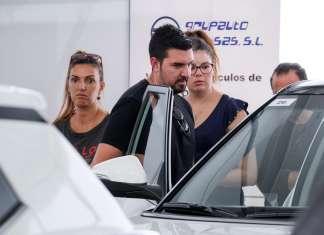 Desde la inauguración, muchas fueron las personas interesadas en adquirir un vehículo de segunda a mano a un precio excepcional. fotos: S. G. CAÑIZARES