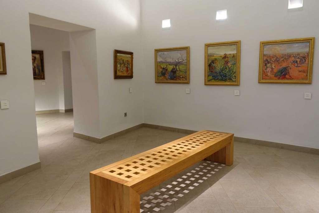 Exposición de cuadros en el interior. X. P.