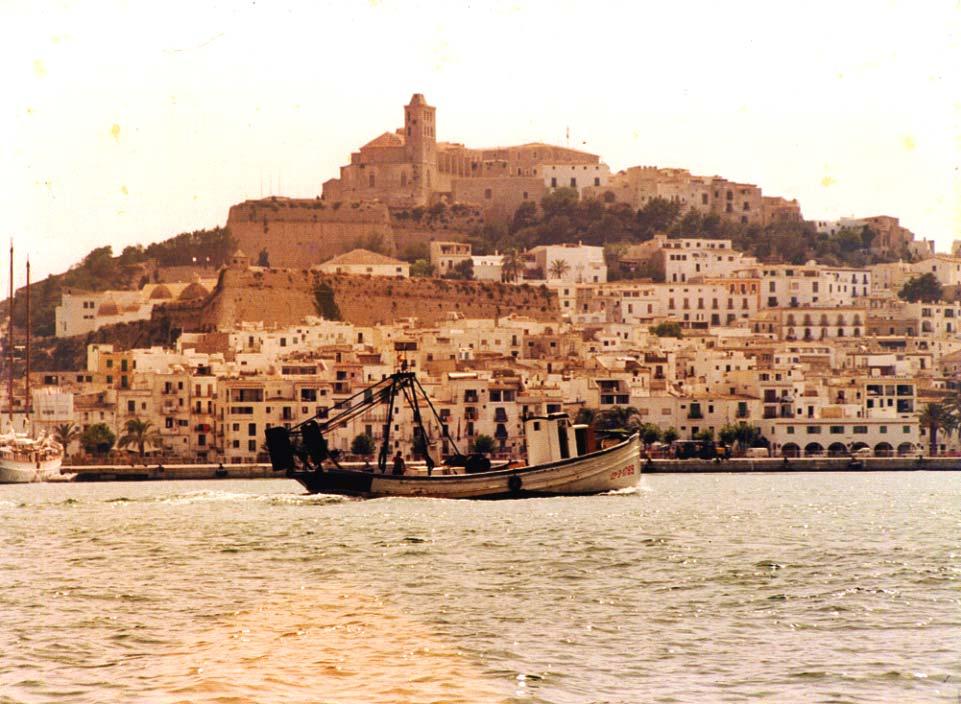 El 'Rafael Llopis' entra en el puerto de Ibiza. Archivo personal