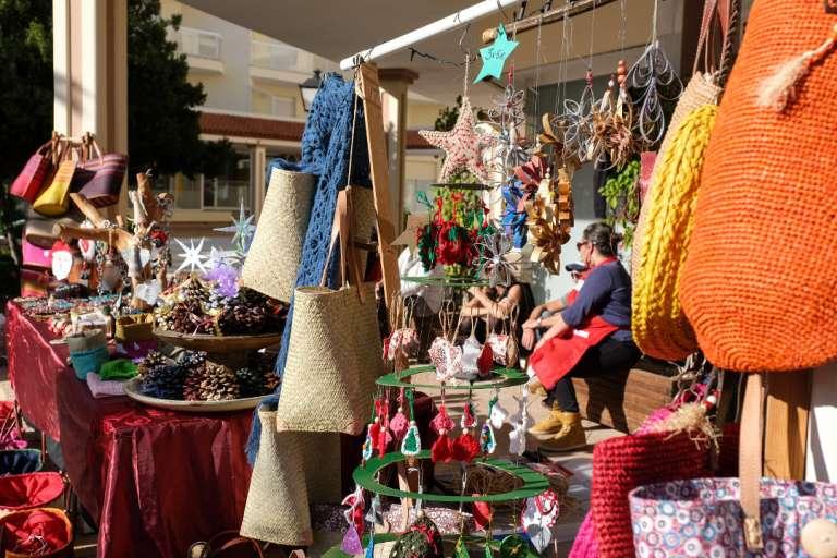 Numerosas familias disfrutan del mercadillo de Navidad en la Patisserie