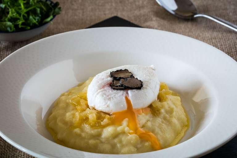 Huevo trufado sobre crema de patata