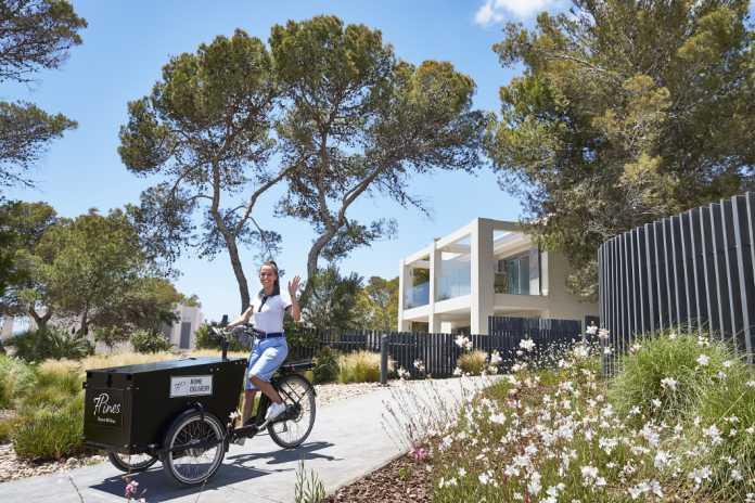 El personal del resort ubicado en la costa de Sant Josep utiliza bicicletas eléctricas.