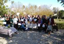Participantes en unos de los talleres de Fluxà Ibiza posan con sus diplomas.