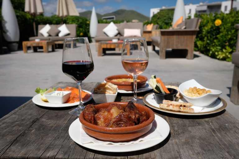 Restaurante Oli: terraza con vistas y carta con gran variedad de platos