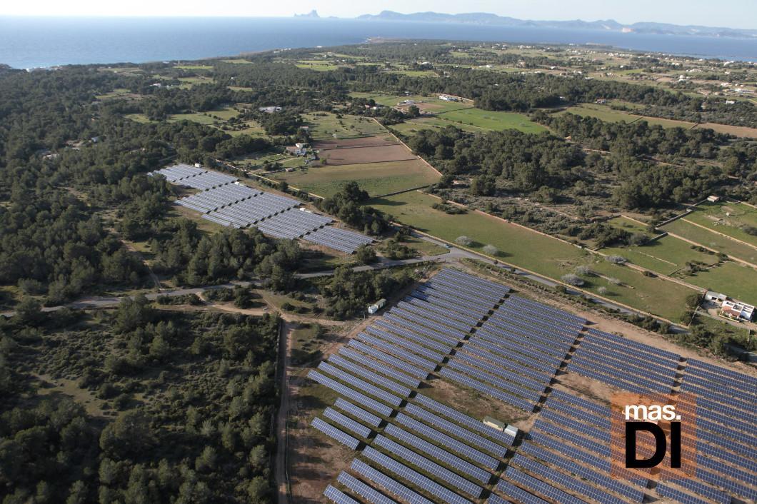 Vista aérea de una planta de energía fotovoltaica en Formentera. Foto: X. Durán