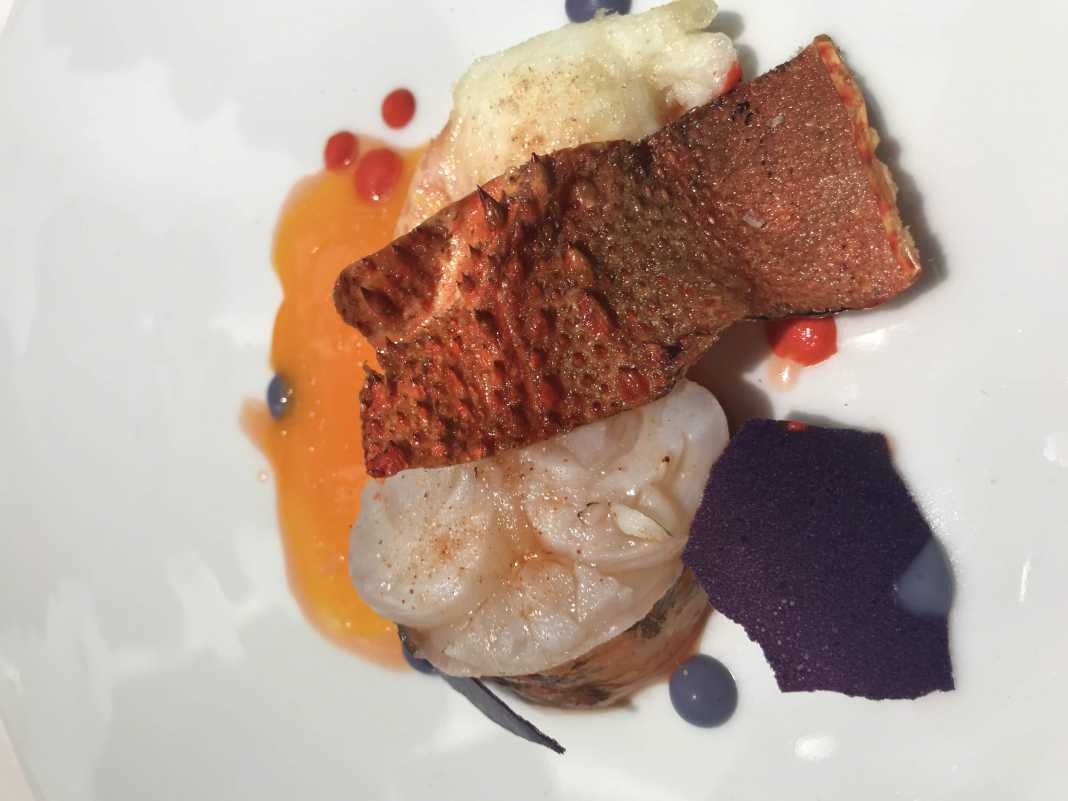Innovadora versión de langosta con huevos fritos elaborada por el chef Óscar Molina.