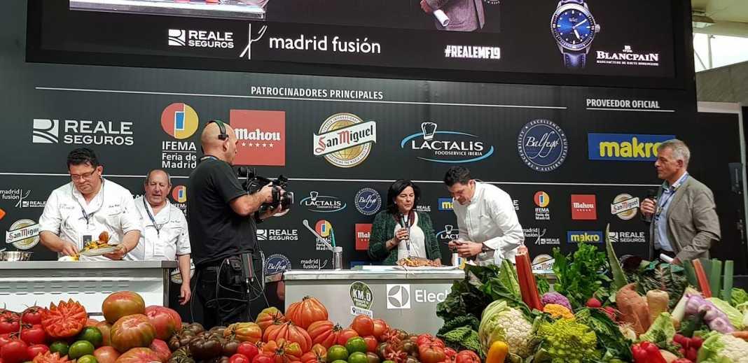 Los chefs locales durante el showcooking.