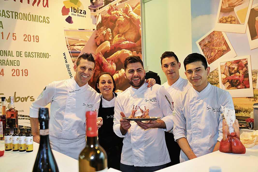 El chef Gonzalo Aragüez y el equipo de Sa Brisa.