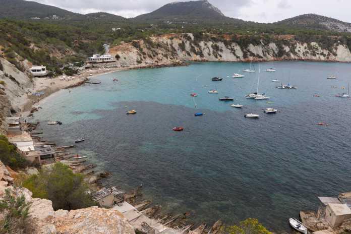 Uno de los retos de las Islas está en conjugar el turismo, la conservación de la riqueza natural y el bienestar de la sociedad local; en la imagen, Cala d'Hort.