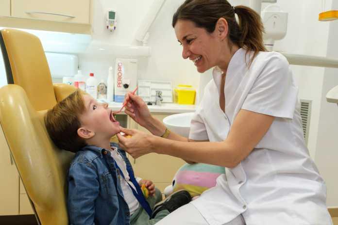 La doctora Sonia Ramón Planells atiende a un niño en la Clínica Mayans.