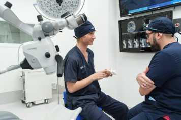 El doctor Fernández (izda.) con uno de los profesionales de la clínica.