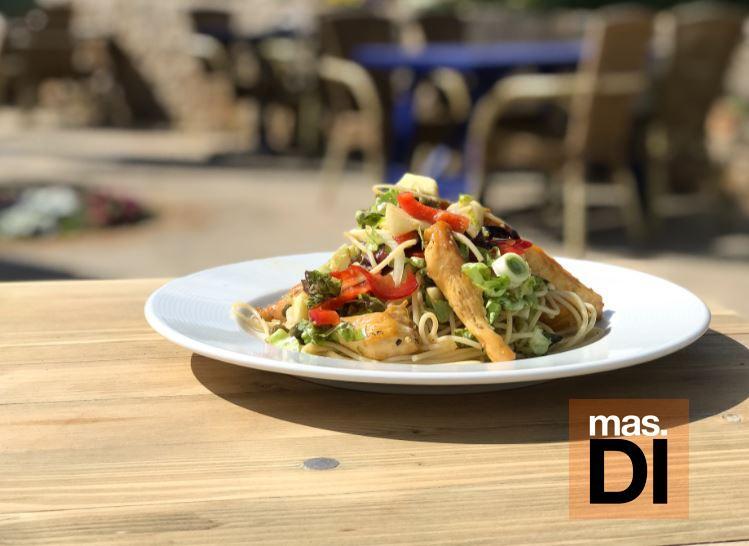 Ensalada templada de espaguetis con pollo 'pagès'