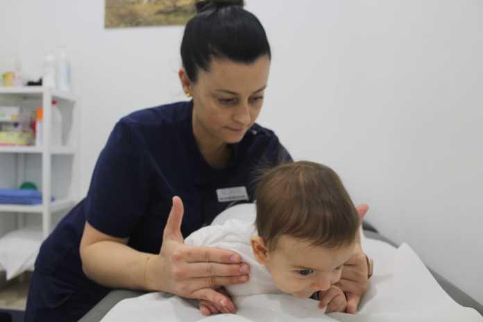 La fisioterapia ayuda a prevenir lesiones en el niño.