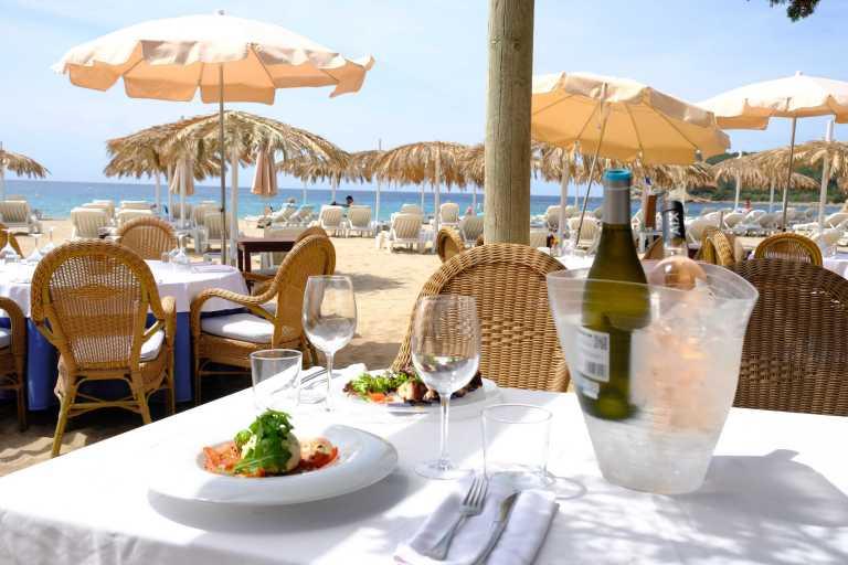 Selección de tradicionales platos  ibicencos servidos a pie de mar