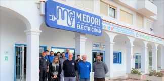 Parte del equipo de Medori, formado por 12 personas, posa ante las instalaciones de la compañía.