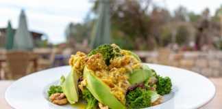 Can Cires se adelanta a la primavera con esta ligera ensalada, ideal para el buen tiempo. G. Felip