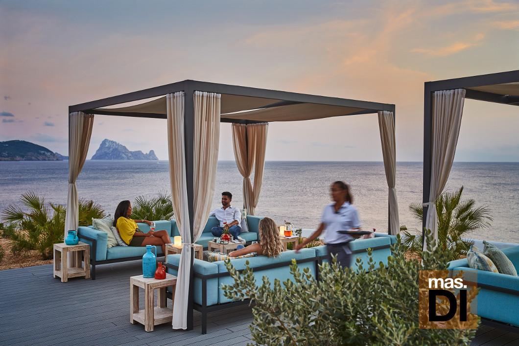 Una de las terrazas del Seven Pines Resort Ibiza, con unas vistas espectaculares a es Vedrà.