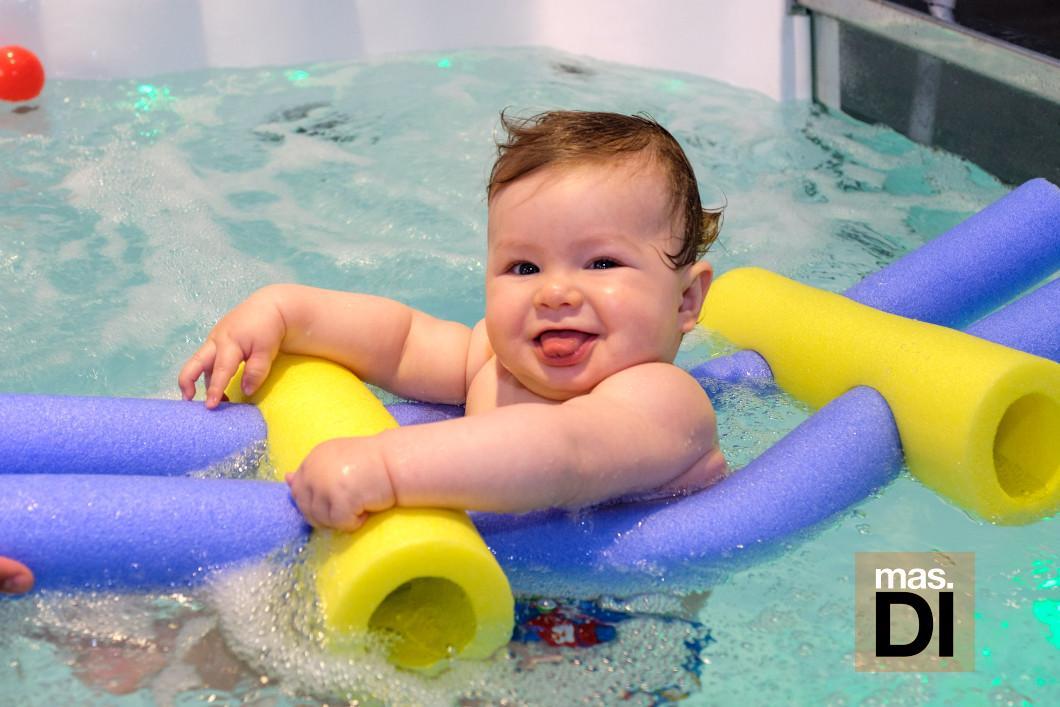Primera inmersión de un bebé en el agua.