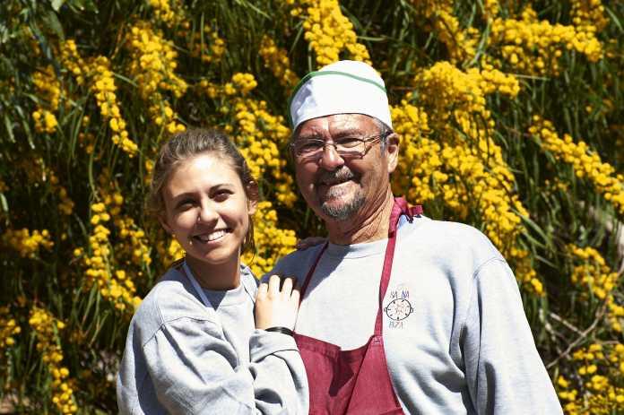 Padre e hija en las instalaciones del restaurante. Foto: Can Salinas