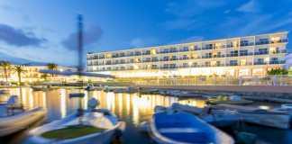 El Hotel Simbad se encuentra situado en primera línea de la playa de Talamanca. Fotos: Hotel Simbad