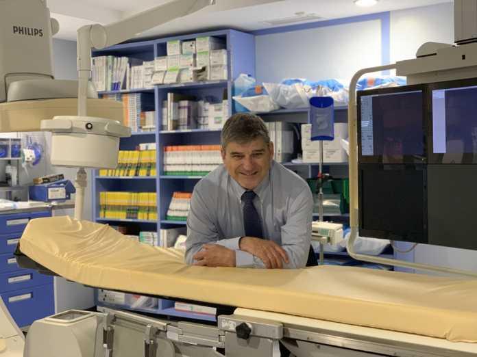 El doctor Antoni Serra en la sala de Hemodinámica cardiaca de Policlínica Nuestra Señora del Rosario.