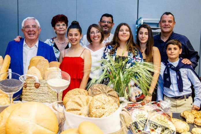 Mariano Riera rodeado de su familia.